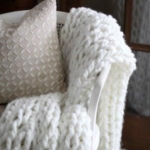 Easy DIY Chunky Throw Blanket Christmas gift for her