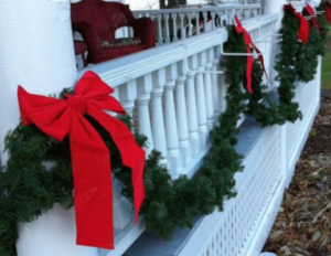 outdoor fence3 - Burlap Outdoor Christmas Decorations