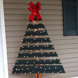 pallet christmas tree green paint big red bow clear string lights pallet outdoor decorations 1