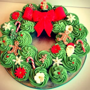 Christmas Cupcake Wreath for party